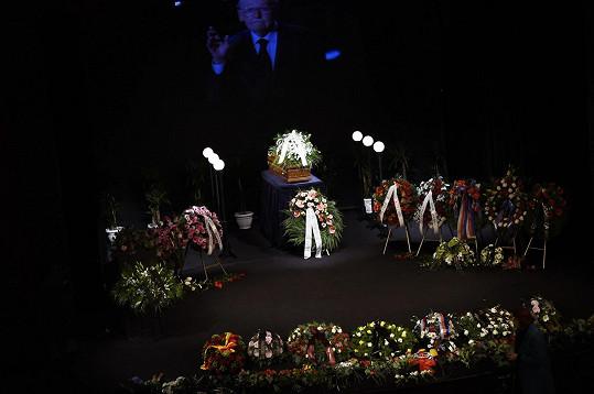 Na jevišti divadla ABC leží rakev s ostatky herce obklopená věnci.