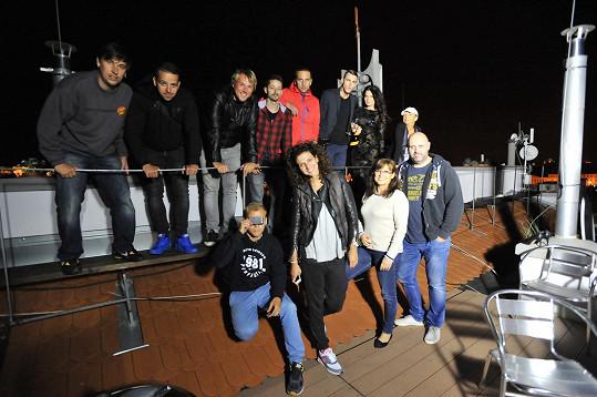 Zpěvačka Andrea Mea (vpravo nahoře) se svým týmem