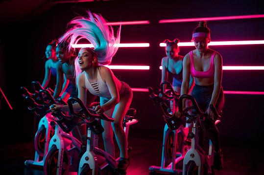 Nelly Řehořová v novém videoklipu.