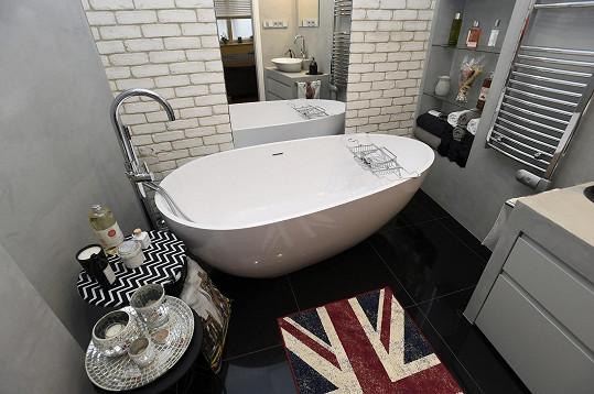Na prostornou koupelnu s designovou vanou za ložnicí je Marek právem pyšný.