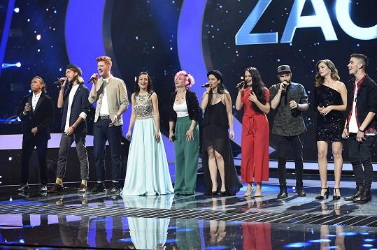 Na pódiu se sešlo všech deset finalistů.