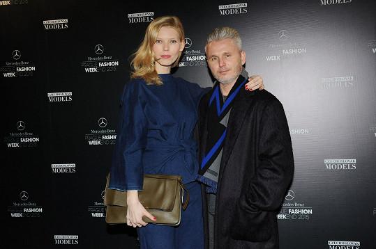 Veronika Fašinová, která ve francouzském módním domě Céline fungovala řadu let jako živá krejčovská panna, s ředitelem Mercedes-Benz Prague Fashion Weekendu Lukášem Loskotem.