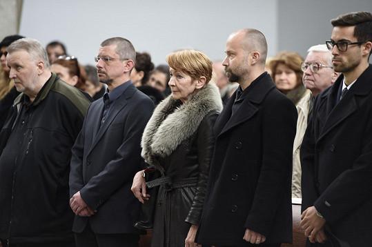 Daniela Kolářová byla obklopena syny Šimonem a Matějem.