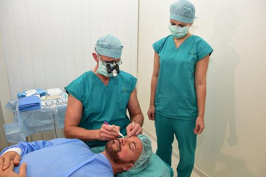 Primář plastické chirurgie Martin Molitor se připravuje na výkon.