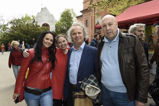 Hudečkovi strávili první májový den procházkou se starostou Prahy 1 Oldřichem Lomeckým a jeho přítelkyní Veronikou.