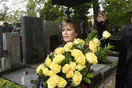 Olga přišla položit svému muži na hrob květiny.