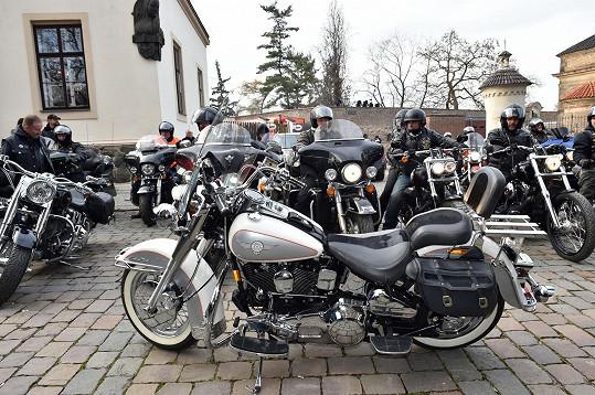 Motorkáři se loučí se strojem Petra Hapky.