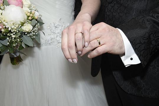 Novomanželé se pochlubili i prstýnky.