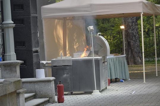 Hořící gril ohrožoval všechny hosty, protože jeho součástí byly propanbutanové bomby.