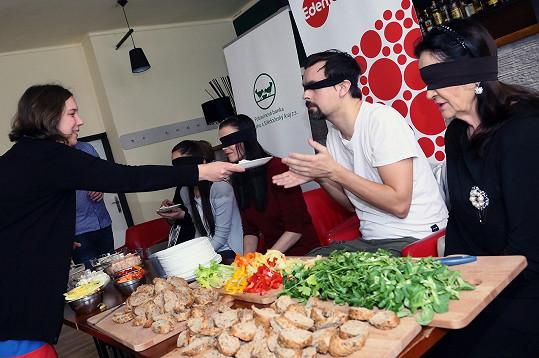 Herci zDivadélka Radka Brzobohatého absolvovali ochutnávku několika druhů zdravých pomazánek, které připravily maminky zazylového domu pod vedením kuchaře vkomunitní kuchyni.
