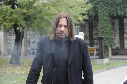 Jiří Pomeje hned po obřadu ukojil kuřáckou vášeň.