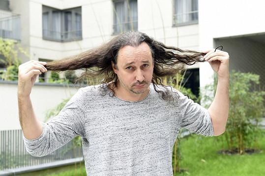 Marian Vojtko ještě s dlouhými vlasy chvíli před tiskovou konferencí Kapky naděje.