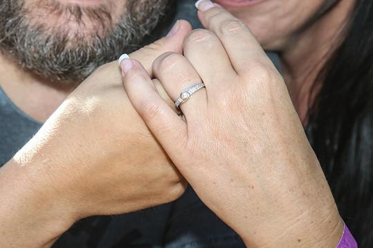 Loni na podzim ukázali zásnubní prstýnek.