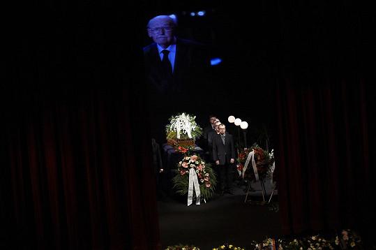 Rakev s ostatky Lubomíra Lipského mizí ze scény.