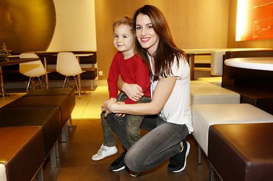 Lucku doprovázel na charitativní akci její tříletý syn Davídek.