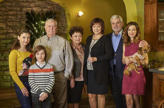 Nově příchozí Marika Šoposká se seriálovými kolegy
