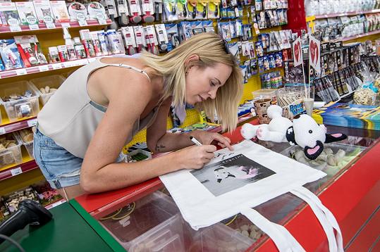 K taškám přidala milovnice zvířat vlastní podpis.