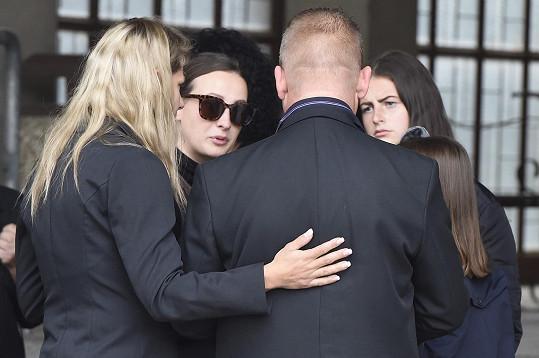 Na pohřeb dorazila i vnučka Karla Fialy, herečka Anna Fialová.