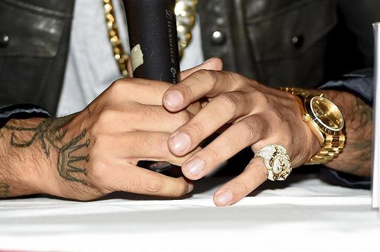Tady jsou v detailu hodinky a prsten.