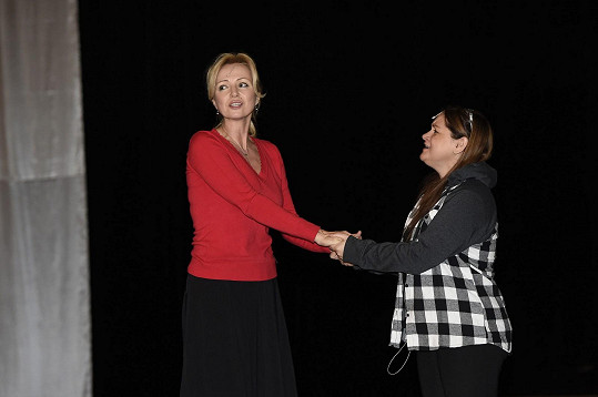 Magda na zkoušce muzikálu Robinson s hlavní ženskou představitelkou Kateřinou Brožovou