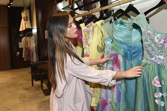 Zpěvačka v butiku návrhářky Blanky Matragi