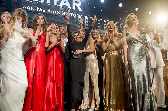 Jiříčkovou na akci osobně pozvala někdejší vládkyně francouzského časopisu Vogue Carine Roitfeld (uprostřed v černém).
