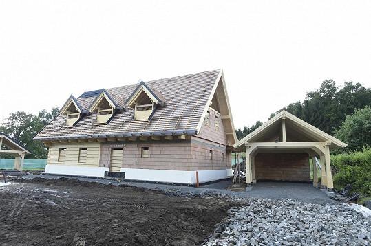 Chata je částečně zděná, bude ale mít dřevěné obložení.