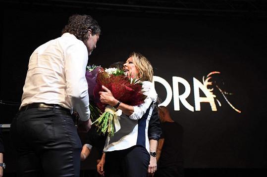 Jaromír Jágr předal Sandře květiny.