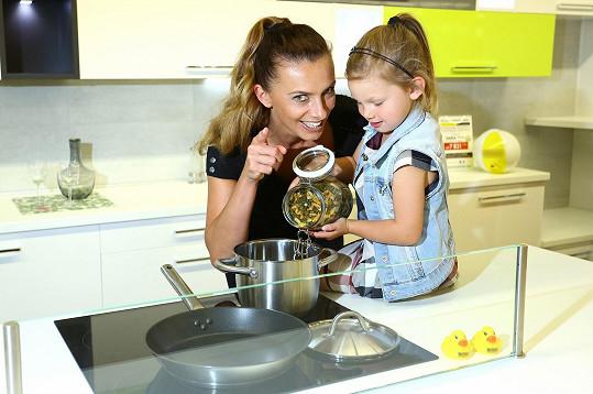 Kuchyni vybírala s dcerou Aličkou.