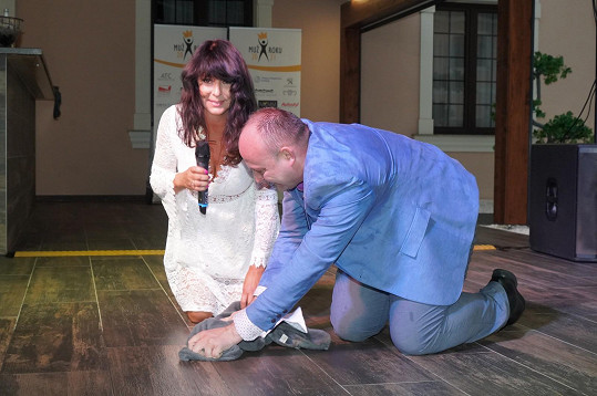 Pod zpěvačkou vytíral mokrou podlahu ředitel soutěže David Novotný.