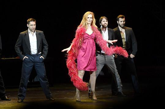 Iva v představení vystřídá několik rolí.