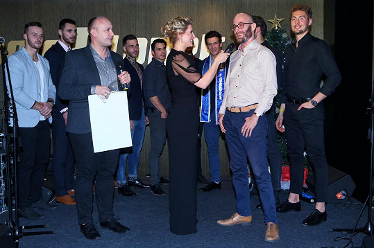 Ředitel soutěže Muž roku David Novotný s moderátorkou Lenkou Špillarovou uvedli protagonisty kalendáře i jeho autora Jiřího Hermana mladšího.