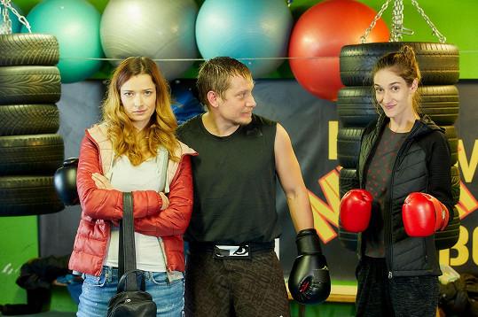Záchranář Marek (Štěpán Benoni) podvede svou přítelkyni Bibi, kterou hraje Marika Šoposká (vlevo).