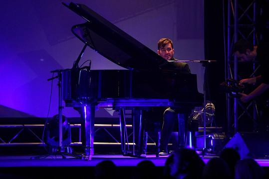 V klipu Marka uvidíme hlavně za koncertním křídlem.