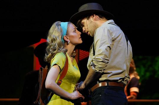 Roman s Nikolou Ďuricovou, která ztvárňuje Šimonovu lásku Terezu.
