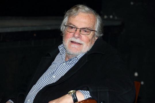 Jan Kačer hru nejen režíroval, ale také si v ní na prahu osmdesátky zahrál.