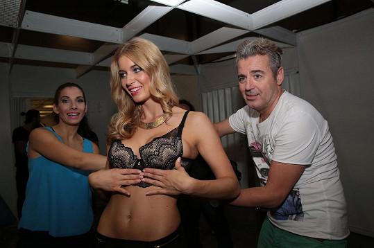 O jednoho z organizátorů, vizážistu Pavla Bauera, se pokoušely mdloby, když se modelka nemohla narvat do připraveného prádla.