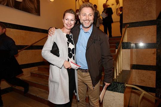 Roman Ondráček si vyšel s manželkou do divadla.