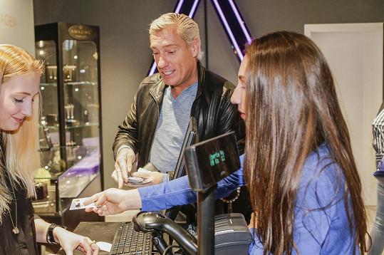 Když chtěla Natálka zaplatit, Jan Plicner okamžitě vytáhl svoji kreditní kartu. Natálka dostala dárek k narozeninám.