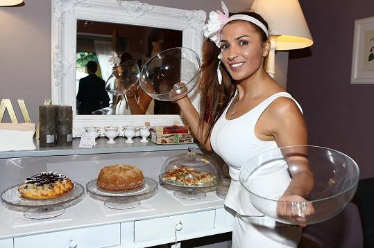V noci Anife peče, aby další den měla co nabídnout hostům.