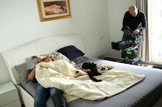 Jitka Sedláčková se probudí v posteli vedle mrtvoly.