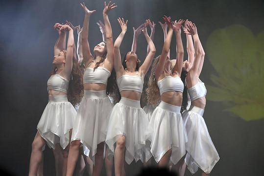 S ostatními dívkami ve společné choreografii