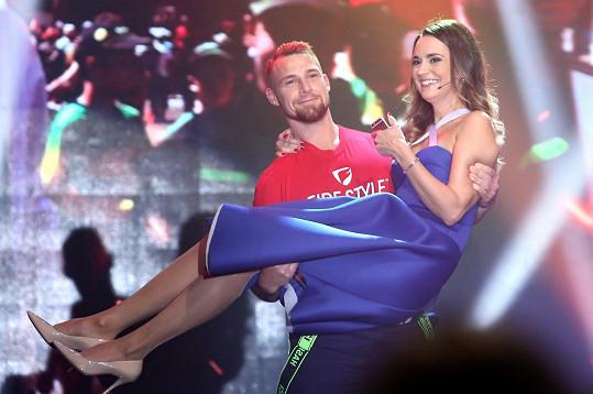 Daniela v náručí jednoho z finalistů soutěže Hasič roku.