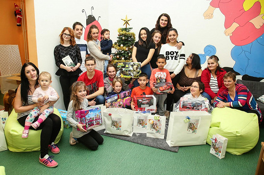 Mahulena Bočanová miluje Vánoce a neskutečně ji baví dělat lidem okolo sebe radost. I proto se vydala do azylového domu pro matky sdětmi vBerouně a předala dárky dětem, které se právě nacházejí ve složité situaci.