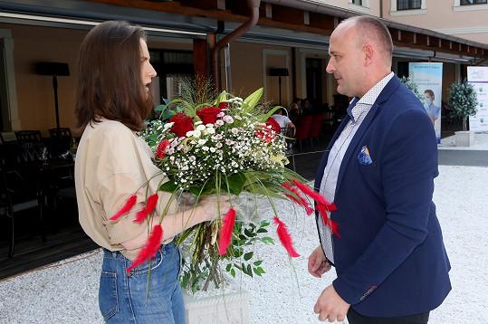 Jako poděkování dostala květiny od organizátora soutěže Davida Novotného.