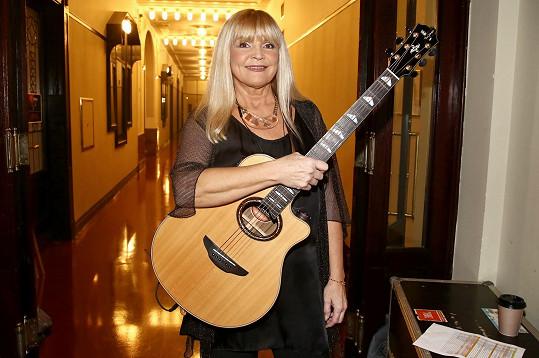 I když nemohla vystupovat se svojí neodmyslitelnou kytarou.