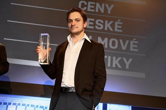 Jiří Mádl připravuje další film. Za svou prvotinu Pojedeme k moři získal Cenu české filmové kritiky (za režijní a scenáristický objev roku).