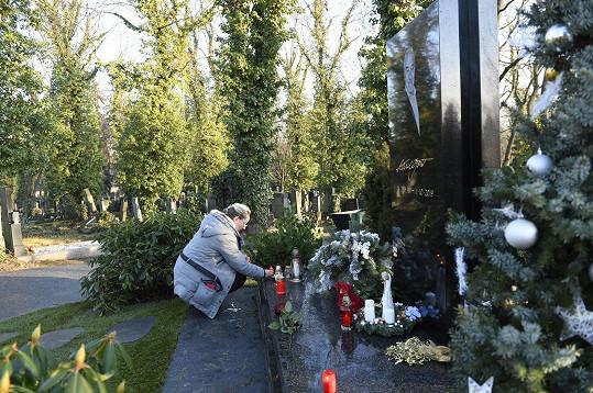 Fanoušci přicházejí uctít památku Karla Gotta.