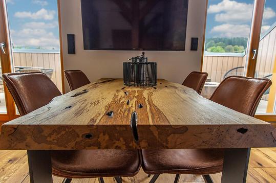 Míra Hejda vytvořil interiér plný přírodních materiálů.