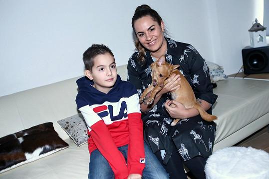 Leona Gyöngyösy se synem Nicolasem a fenou čivavy